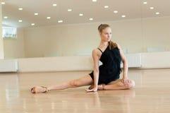 Ragazza che fa gli esercizi in una classe di ballo Fotografia Stock Libera da Diritti