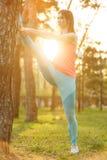 Ragazza che fa gli sport in parco Fotografia Stock Libera da Diritti