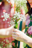 Ragazza che fa il mazzo del wildflower Fotografia Stock