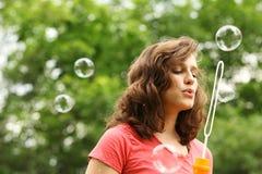 Ragazza che fa il sapone della bolla fotografie stock libere da diritti