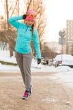 Ragazza che fa la passeggiata di mattina nell'inverno Fotografia Stock