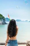 Ragazza che fa le bolle di sapone con la vista della spiaggia Fotografia Stock Libera da Diritti