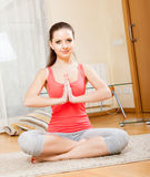 Ragazza che fa le esercitazioni fisiche Fotografia Stock Libera da Diritti