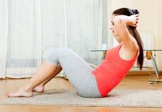 Ragazza che fa le esercitazioni fisiche Fotografia Stock