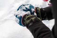 Ragazza che fa palla di neve Immagine Stock