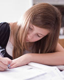 Ragazza che fa Schoolwork Fotografia Stock Libera da Diritti