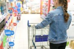 Ragazza che fa spesa in un supermercato Immagine Stock Libera da Diritti