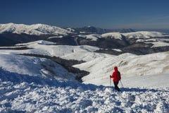 Ragazza che fa un'escursione fuori in montagne di inverno Fotografia Stock Libera da Diritti