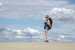 Ragazza che fa un'escursione nel deserto Fotografie Stock Libere da Diritti
