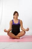 Ragazza che fa yoga immagini stock libere da diritti