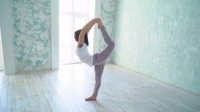 Ragazza che fa yoga, allungante classe, stile di vita sano fare allungamento della ragazza Faccia le spaccature stock footage
