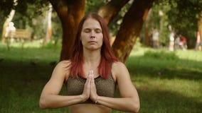 Ragazza che fa yoga nel parco video d archivio