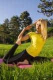 Ragazza che fa yoga nella posa del piccione della natura fotografia stock