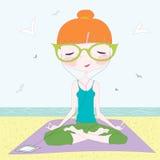Ragazza che fa yoga sulla spiaggia Fotografia Stock Libera da Diritti