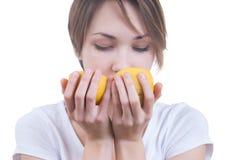 Ragazza che fiuta due parti del limone Fotografie Stock Libere da Diritti