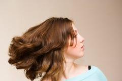 Ragazza che fluttua i suoi capelli Fotografia Stock