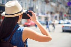 Ragazza che fotografa città con interesse Fotografie Stock