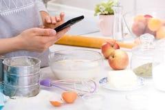 Ragazza che fotografa sulla cucina Concetto di blogger dell'alimento fotografie stock