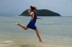 Ragazza che funziona in spiaggia tropicale Fotografia Stock