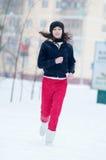 Ragazza che funziona un giorno di inverno freddo Fotografie Stock Libere da Diritti