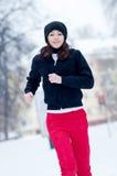 Ragazza che funziona un giorno di inverno freddo Fotografia Stock