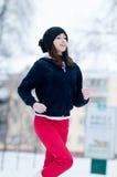 Ragazza che funziona un giorno di inverno freddo Fotografie Stock