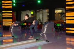 Ragazza che gioca bowling Immagini Stock Libere da Diritti