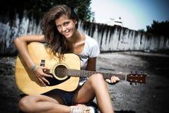 Ragazza che gioca chitarra Immagini Stock