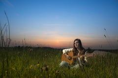 Ragazza che gioca chitarra Fotografia Stock Libera da Diritti