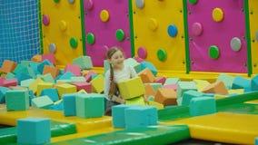 Ragazza che gioca con i cubi molli stock footage