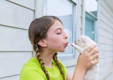 Ragazza che gioca con il cane di animale domestico della chihuahua del cucciolo Immagini Stock Libere da Diritti