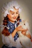 Ragazza che gioca con il coniglietto di pasqua Fotografia Stock