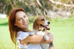 Ragazza che gioca con il suo cane nella sosta di autunno Fotografia Stock Libera da Diritti
