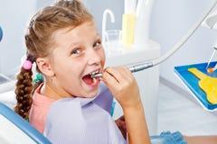 Ragazza che gioca con il trivello dentale immagine stock libera da diritti
