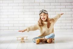 Ragazza che gioca con l'aeroplano del giocattolo immagini stock libere da diritti