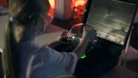 Ragazza che gioca con la lampada della sfera del plasma video d archivio