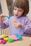 Ragazza che gioca con la pasta del gioco - plasticine Fotografia Stock Libera da Diritti