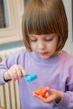 Ragazza che gioca con la pasta del gioco - plasticine Immagini Stock