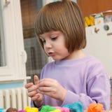 Ragazza che gioca con la pasta del gioco - plasticine Fotografia Stock