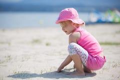 Ragazza che gioca con la sabbia Fotografie Stock