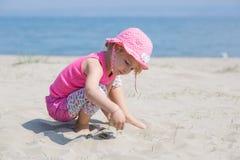 Ragazza che gioca con la sabbia Immagini Stock Libere da Diritti