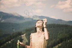 Ragazza che gioca con le bolle di sapone Fotografie Stock