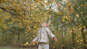 Ragazza che gioca con le foglie di autunno video d archivio