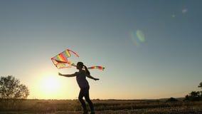 Ragazza che gioca con un aquilone al tramonto archivi video