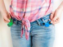 Ragazza che gioca con un giocattolo colourful del filatore di irrequietezza della mano Fotografie Stock