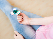 Ragazza che gioca con un giocattolo colourful leggero lucido del filatore di irrequietezza della mano Immagine Stock Libera da Diritti