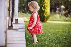 ragazza che gioca da solo nel giardino fotografia stock