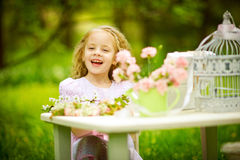 Ragazza che gioca in il giardino di primavera Immagini Stock