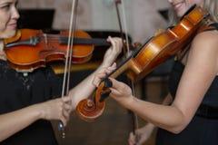 Ragazza che gioca il violino Mano di una ragazza e delle fiddle fotografia stock