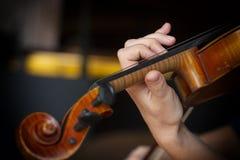 Ragazza che gioca il violino Mano di una ragazza e delle fiddle fotografia stock libera da diritti